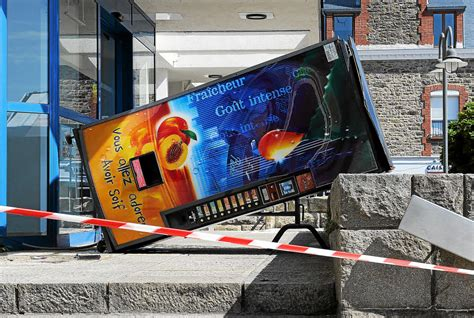 bureau de poste 10 d 233 gradations sur un distributeur de boisson devant le bureau de poste dinard letelegramme fr