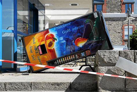 bureau de poste 10 dégradations sur un distributeur de boisson devant le