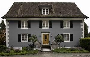 Haus Mit Fensterläden : blaugraue hausfassade wei e akzente dunkles dach und dunkelblaue fensterl den favorisierte ~ Eleganceandgraceweddings.com Haus und Dekorationen
