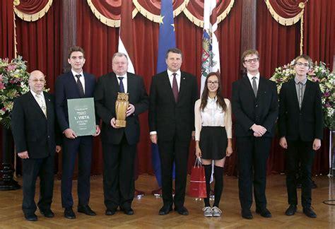 Rīgas Valsts 1. ģimnāzija | Ģimnāzijai pasniegta «Lielā pūce»