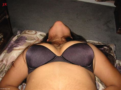 Bhabhi Wearing Bra Showing Big Boobs Cleavage Hd Images