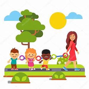 Professor de jardim de infância andando com crianças ao ar ...
