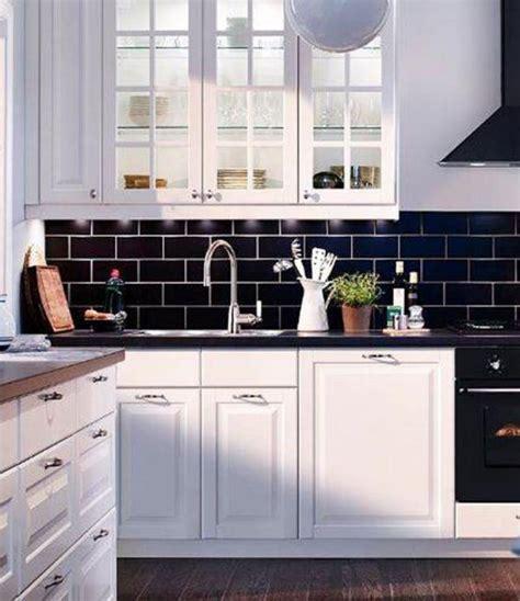 cuisine carrelage noir le carrelage noir entre dans la salle de bain et la