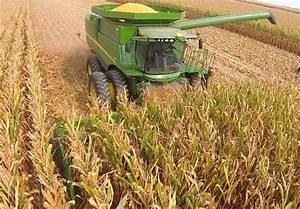 John Deere S670 combine harvesting corn in central IL ...
