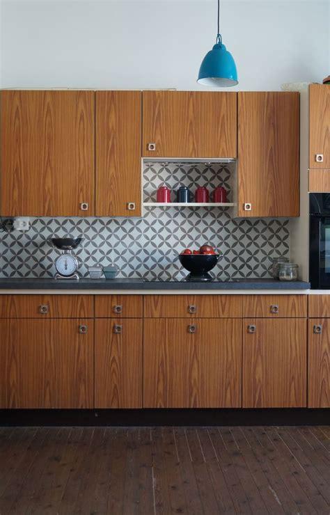 cuisine carreau de ciment cuisine bois en noyer et crédence en carreau de ciment
