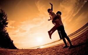 Romantic Couple At The Beach 705238
