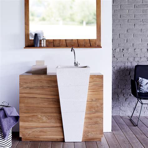 salle de bain avec vasque en meuble en teck avec vasque en terrazzo blanc tikamoon