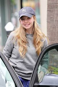 Amanda Seyfried Walks Her Dog to Starbucks - Zimbio
