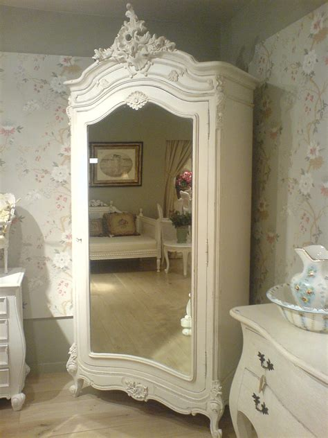armoire in white