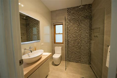 Sandstein Fliesen Bad by Sandstone Tile On Shower Wall And Floor With Accent Wall