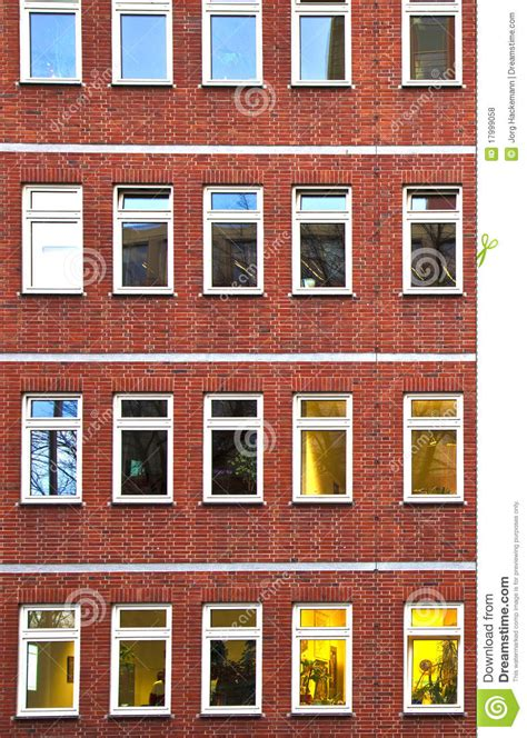immeuble de bureaux façade de l 39 immeuble de bureaux par nuit photo stock