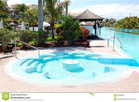 piscine avec le 224 l h 244 tel de luxe image stock image 22509831