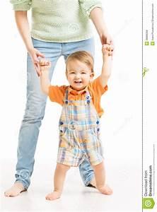 Erste Schritte Baby : das gl ckliche baby gehen erste schritte helfendes kind der mutter stockfoto bild 38888358 ~ Orissabook.com Haus und Dekorationen