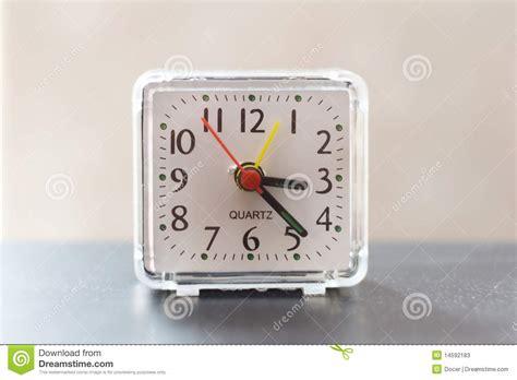 horloge sur le bureau horloge de bureau photos stock image 14592183