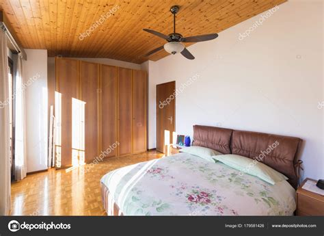 Schlafzimmer Mit Boden Und Holzdecke