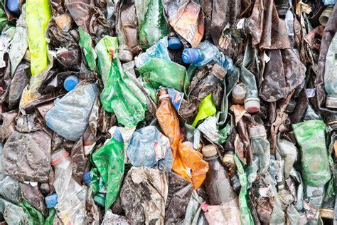 Paredz aizliegt konkrētu plastmasu saturošu izstrādājumu ...