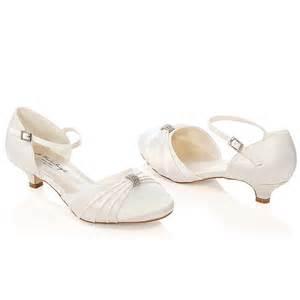 chaussure mariage chaussure mariage ivoire ou blanche en satin à bout rond talon 3 cm heidi westerleigh
