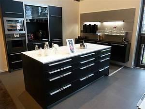 Schwarze Arbeitsplatte Küche : ausstellungsk che in schwarz mit wei er arbeittsplatte und backofen ~ Sanjose-hotels-ca.com Haus und Dekorationen