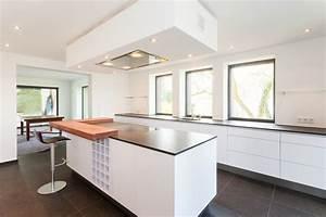 Bauhaus Arbeitsplatte Küche : grifflos wei mit schiebt ren und durchgang bauhaus look k che other metro von lang ~ Sanjose-hotels-ca.com Haus und Dekorationen