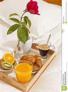 Table Petit Dejeuner Lit : petit d jeuner dans le lit image stock image du repas 30786389 ~ Teatrodelosmanantiales.com Idées de Décoration
