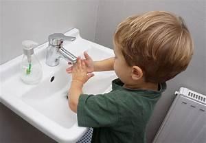 Sterben Milben Beim Waschen : kleinkind beim h nde waschen lizenzfreie fotos bilder ~ Markanthonyermac.com Haus und Dekorationen