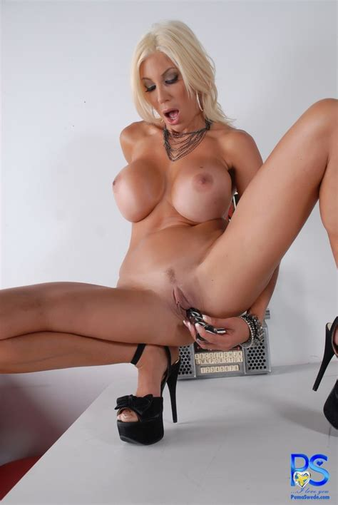 puma swede pushing her dildo in nice and deep
