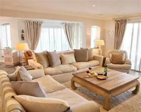 gemtliche wohnzimmer wohnzimmer idee mit kamin sandfarbenes sofa und wand in anthrazit wohnzimmer ideen gemtlich