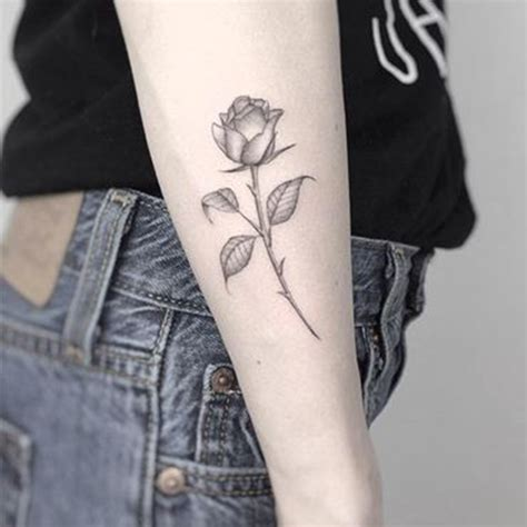 tatouage rose cote ces tatouages de rose qui ne faneront