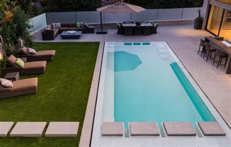 Pool Für Terrasse by Rechteckiger Pool Terrasse Und Rasenteppich Garten