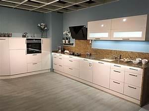 Küche Mit Granitarbeitsplatte : h cker musterk che moderne k che mit granitarbeitsplatte ~ Michelbontemps.com Haus und Dekorationen