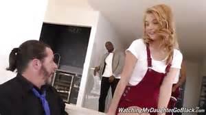 Mira A Esta Jovencita Follando Con Dos Hombres Negros