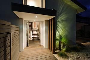 belle maison design moderne a mi chemin entre la ville et With entree de maison contemporaine