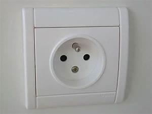 Goulotte Electrique Avec Prise : comment installer une prise de courant ~ Mglfilm.com Idées de Décoration