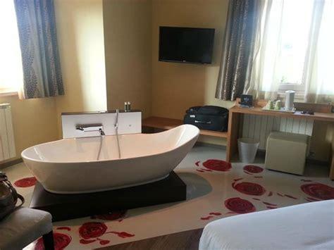 hotel con vasca suite con vasca idromassaggio in picture of