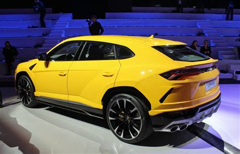 First Look: 2019 Lamborghini Urus | Driving