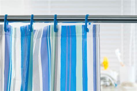 cepat membersihkan kaca kamar mandi  tirai berjamur tebarmanfaat