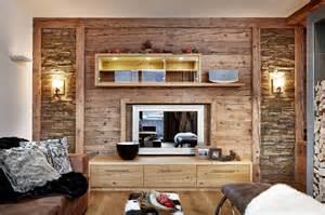 holzwand wohnzimmer altholz bretter balken gehackt bs holzdesign