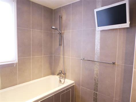 la salle de bain photo 1 4 carrelage gris taupe grand format fen 234 tre cot 233
