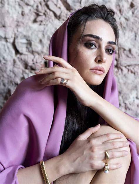 İlk oyunculuk deneyimini trt ekranlarının sevilen dizisi diriliş ertuğrul'da kazanmıştır. Esra Bilgic - Hello Pakistan Issue June 2020-02   GotCeleb