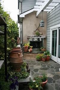 Small beach patio and side yard - Beach Style - Patio