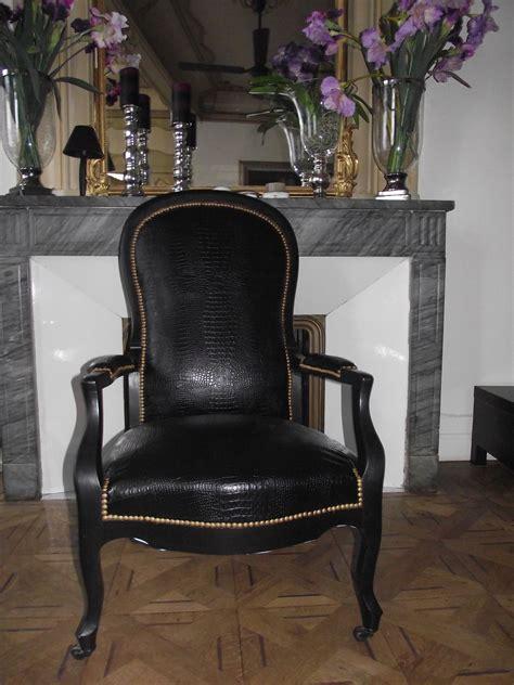 fauteuil voltaire noir en sky noir croco sur roulettes inspiration relooking furniture diy