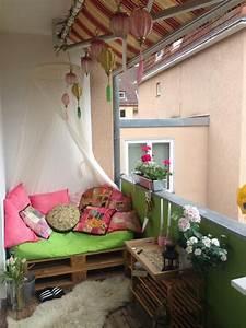 Sitzbank Für Balkon : gem tliche diy sitzbank aus europaletten f r den balkon mit flauschigem teppich und bequemen ~ Buech-reservation.com Haus und Dekorationen