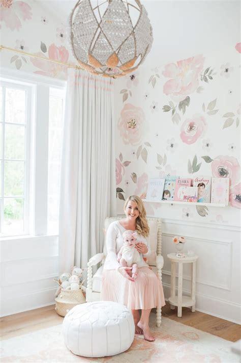 roze babykamer met bloemenbehang interieur inrichting