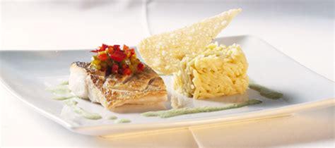 cuisiner le merlu le merlu croustillant jus de xagarno pâtes quot avoine