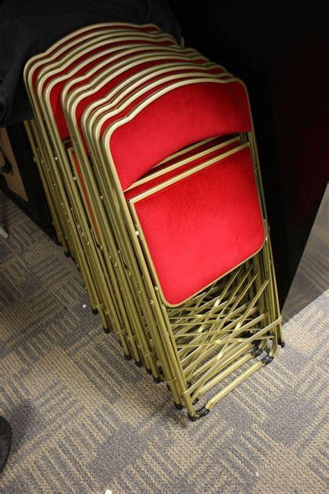 cuisine d exposition à vendre lot 213 23 unites chaise traiteur pliante en metal colori or avec garnitur de velours localis