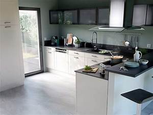 Cuisine Blanche Et Noire : une petite cuisine noire et blanche ultra fonctionnelle ~ Nature-et-papiers.com Idées de Décoration