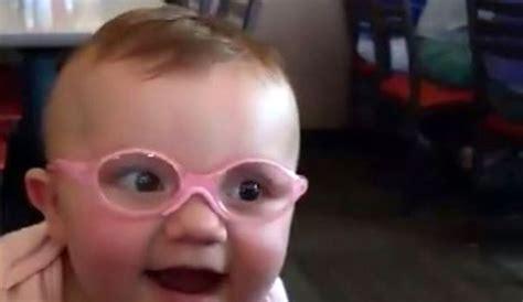 quel siège auto pour bébé ce bébé voit ses parents pour la première fois l