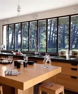 Maison moderne avec grandes fenetres baies vitrees et for Chambre à coucher adulte moderne avec fenetre pvc petit carreaux