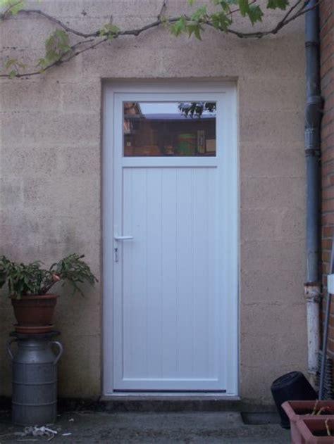 poser une porte de service pose d une porte de service en pvc de manteldenis