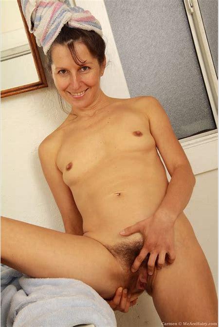 Mature Carmen takes off her soft robe - Pichunter